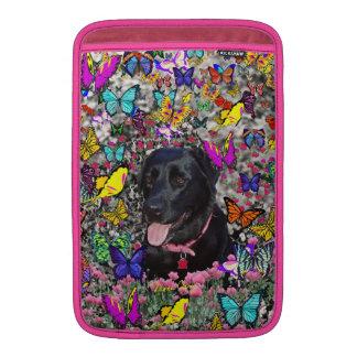 Abby en mariposas - perro negro del laboratorio fundas macbook air