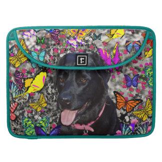 Abby en mariposas - perro negro del laboratorio fundas macbook pro