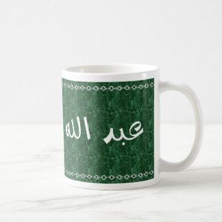 Abdullah en taza verde con clase árabe