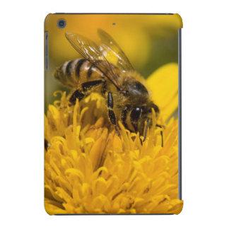 Abeja africana de la miel con la alimentación de fundas de iPad mini retina