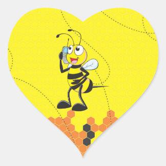 Abeja amarilla linda que lleva a cabo hablar del pegatina en forma de corazón