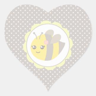 Abeja amarilla y gris del bebé pegatina en forma de corazón
