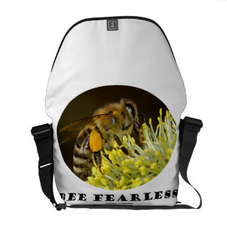 Abeja audaz (abeja en la flor amarilla) bolsas de mensajería