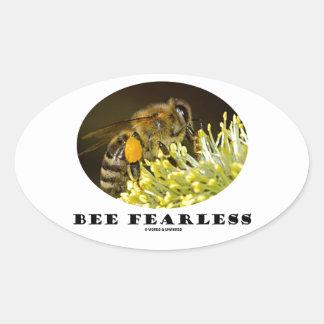 Abeja audaz (abeja en la flor amarilla) calcomanía óval personalizadas
