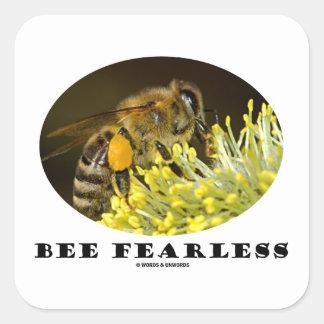 Abeja audaz (abeja en la flor amarilla) calcomania cuadradas