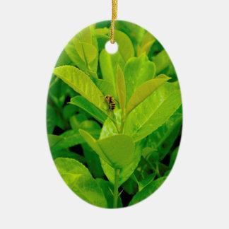 Abeja cariñosa verde adorno navideño ovalado de cerámica