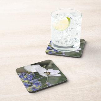 Abeja con polen en una flor blanca posavasos de bebidas