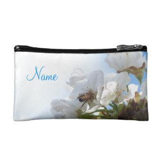 Abeja de la miel en bolso de las flores de cerezo