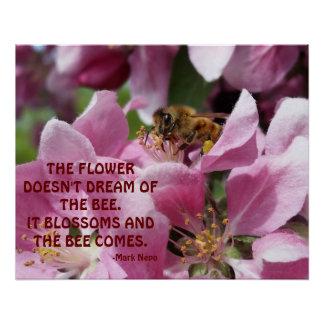 Abeja de la miel en el flor con cita perfect poster