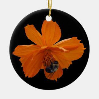 Abeja de la miel en el ornamento anaranjado del adorno navideño redondo de cerámica
