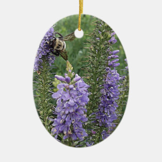 Abeja de la miel en la flor púrpura 2 ornamentos de navidad