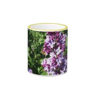 Abeja de la miel en lilas de la primavera taza de dos colores