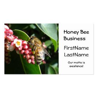 Abeja de la miel en tarjeta de visita del árbol