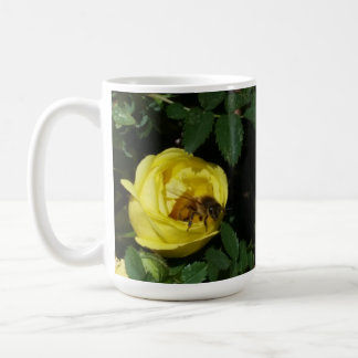 Abeja de la miel que poliniza el rosa amarillo taza clásica