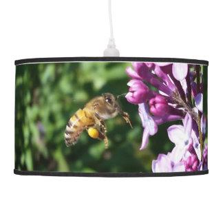 Abeja de la miel que poliniza lilas púrpuras dos lámpara de techo