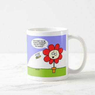 Abeja del tarareo y taza de la flor para los