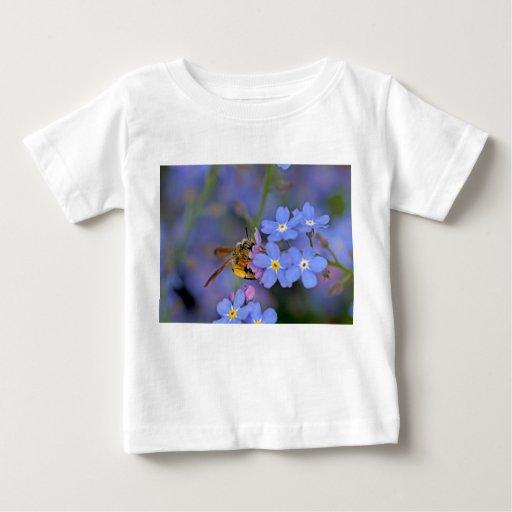 Abeja en flores de las nomeolvides t-shirts