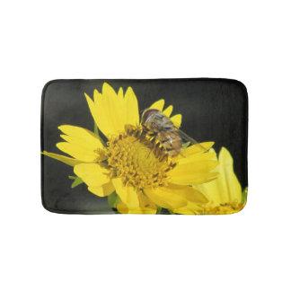 Abeja en la flor amarilla