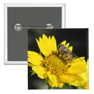 Abeja en la flor amarilla pin cuadrado