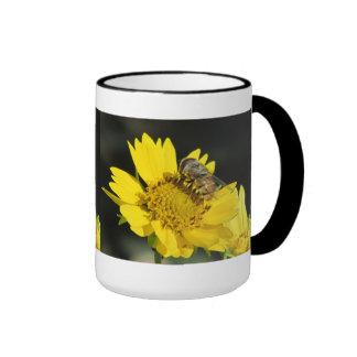 Abeja en la flor amarilla taza de café
