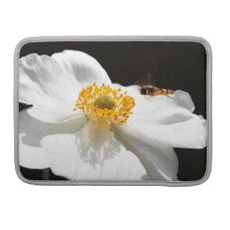 Abeja en la flor fundas para macbooks