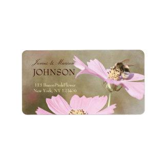 Abeja en la flor rosada etiquetas de dirección