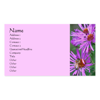 Abeja en tarjeta de visita rosada de la fotografía