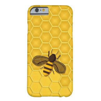Abeja en un caso del iPhone 6 del panal del oro Funda De iPhone 6 Barely There