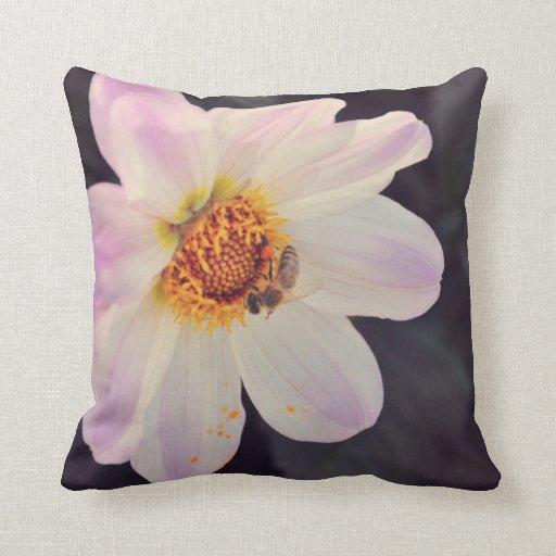 Abeja en una flor púrpura almohadas