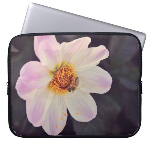 Abeja en una flor púrpura manga portátil