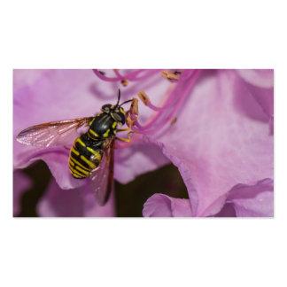 Abeja en una flor púrpura tarjetas de visita