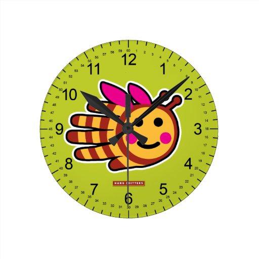 Abeja feliz de la miel con las alas rosadas reloj redondo mediano