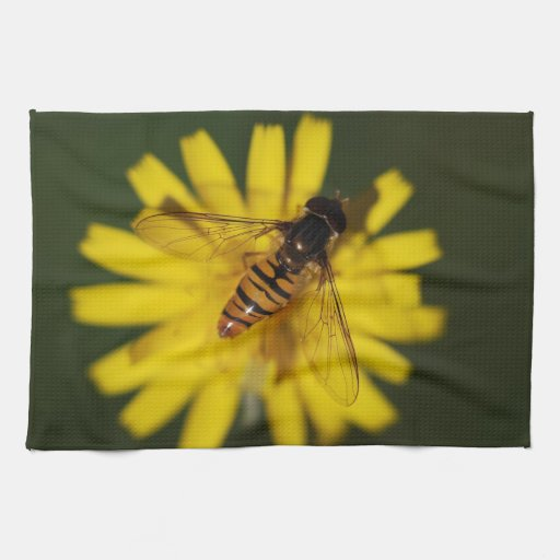 Abeja fresca de la miel en la flor en fotografía d toallas