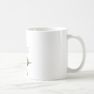 Abeja linda que sostiene los prismáticos que miran taza