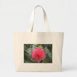 ¡Abeja ocupada en una flor roja de Powderpuff Bolsa