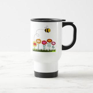 Abeja que zumba un jardín de flores tazas de café