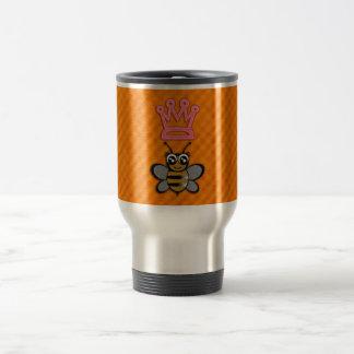 Abeja reina del brillo en fondo anaranjado de la f taza