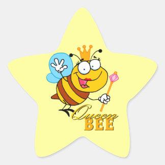 abeja reina divertida del dibujo animado con el pegatina en forma de estrella