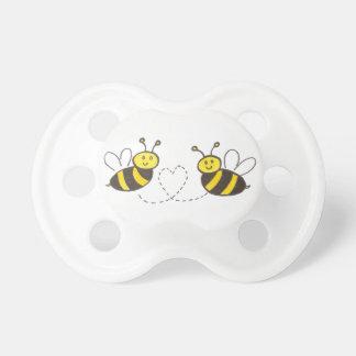 Abejas de la miel con el corazón chupete de bebé