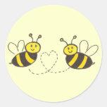 Abejas de la miel con el fondo del amarillo del co