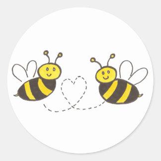 Abejas de la miel con el pegatina redondo del
