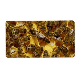 Abejas de la miel en colmena con la reina en centr etiquetas de envío