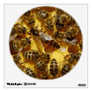 Abejas de la miel en colmena con la reina en centr vinilo adhesivo