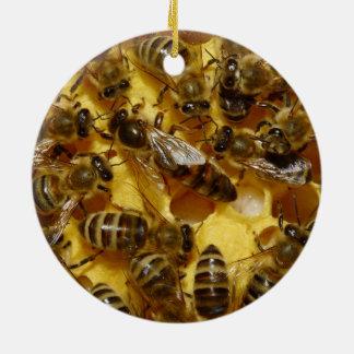 Abejas de la miel en colmena con la reina en ornamentos para reyes magos