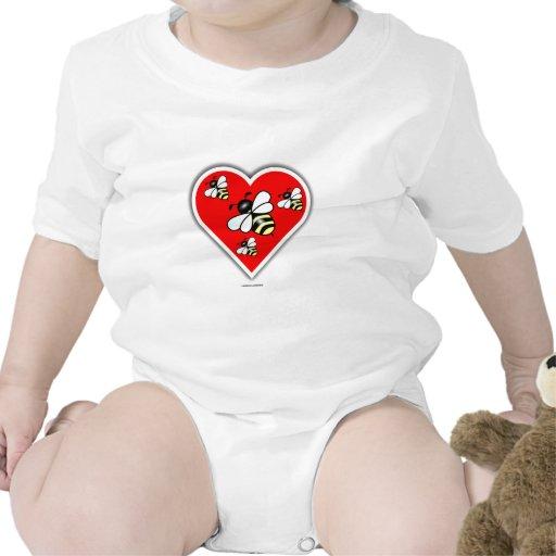 Abejas del amor (cuatro abejas dentro del corazón  camisetas