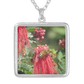 Abejas en el collar rosado de la flor