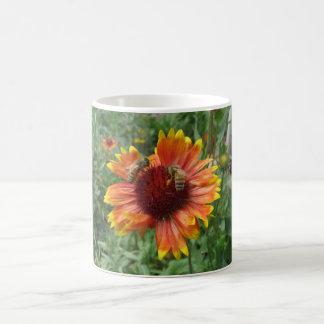 Abejas en la flor combinada taza clásica