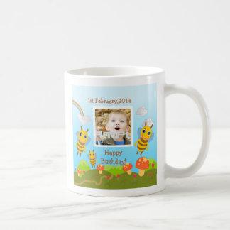 Abejas que desean feliz cumpleaños con la foto taza de café