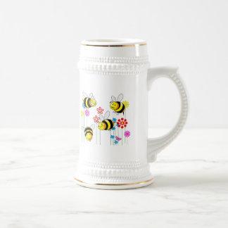 Abejas zumbadas en flores jarra de cerveza