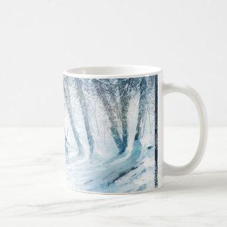 Abejón en paisaje del invierno taza básica blanca
